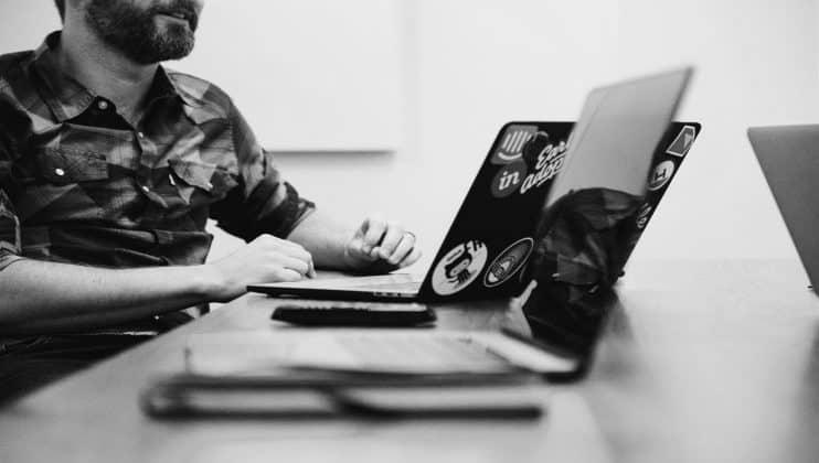 Ludzie pracujący przy komputerze.