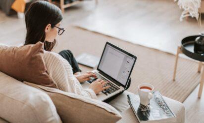 dziewczyna pisząca na komputerze