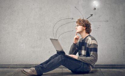 zamyslony mezczyzna przy komputerze