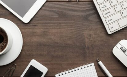 drewniane biurko z akcesoriami biurowymi