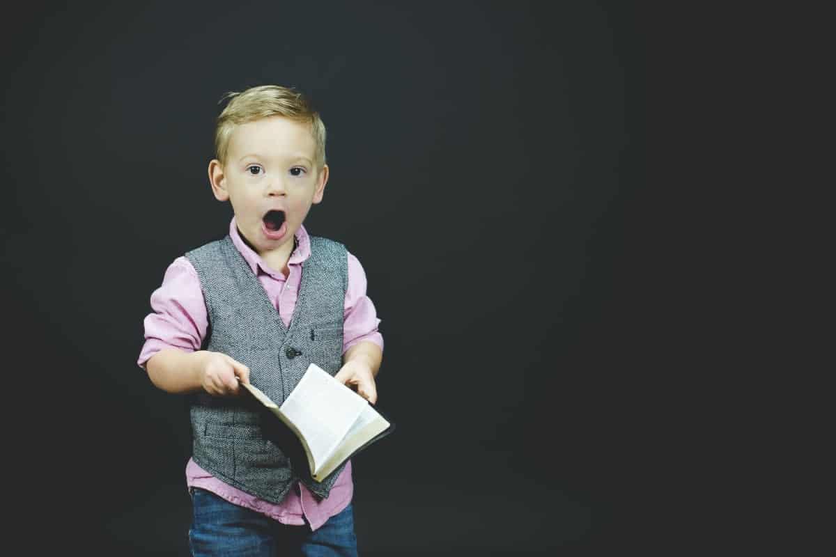 dziecko trzyma książkę