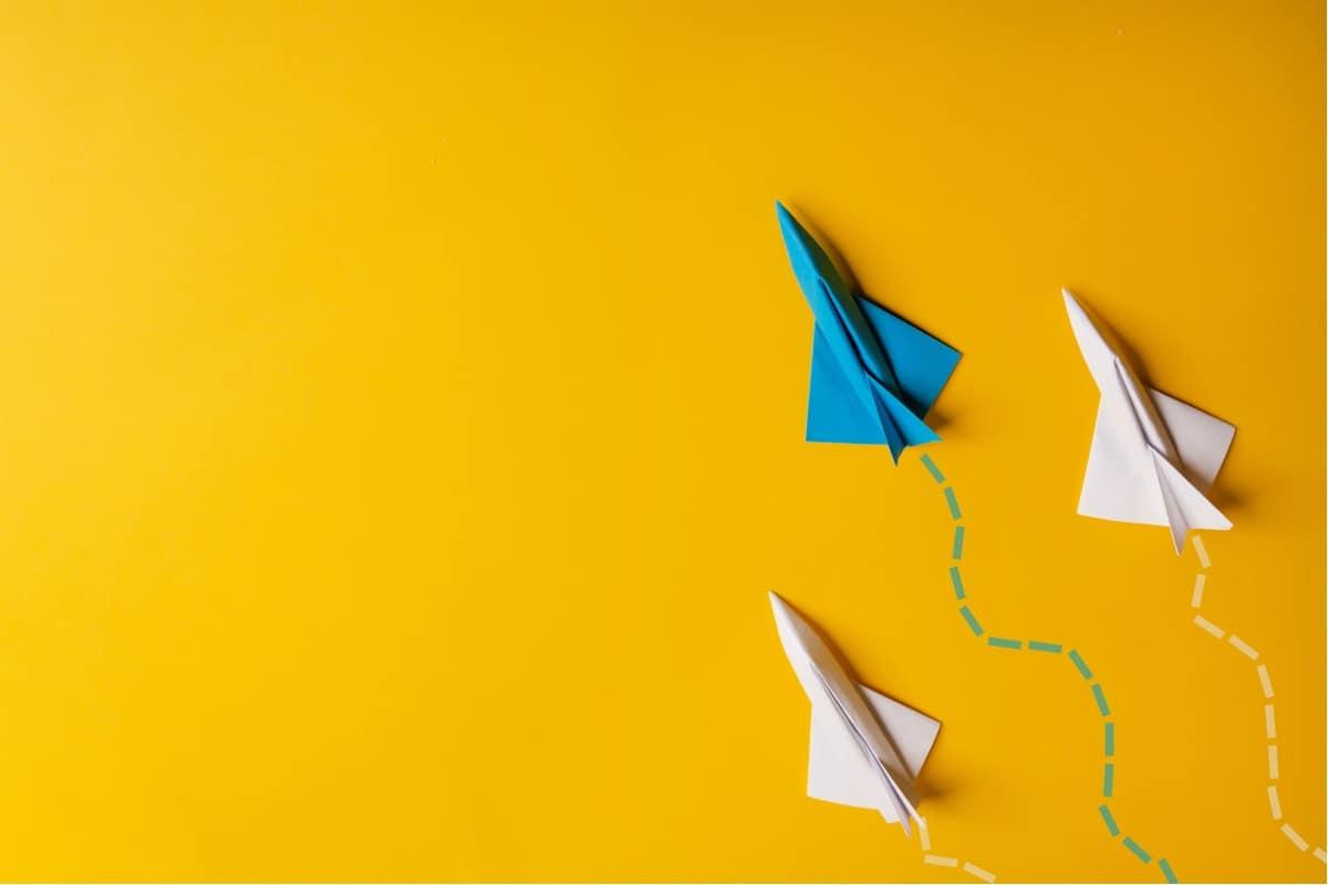kolorowe samoloty z papieru