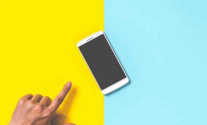 telefon na kolorowym tle