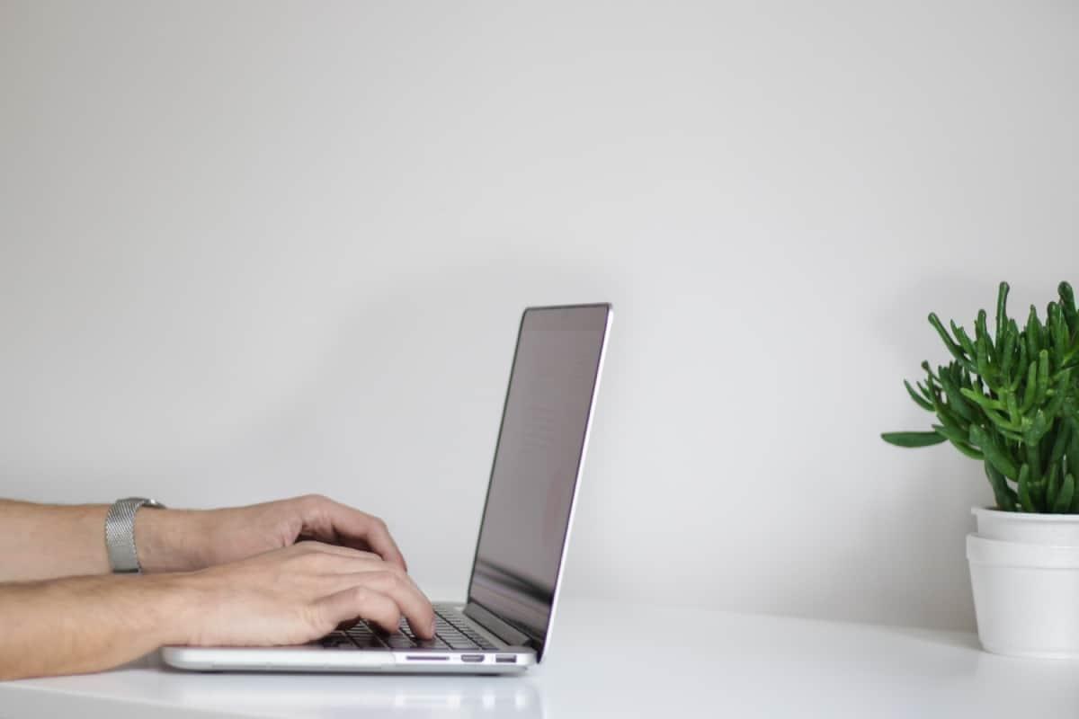 mezczyzna pracuje przy komputerze