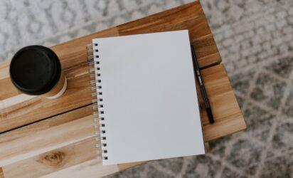 notatnik na biurku - zdjęcie główne